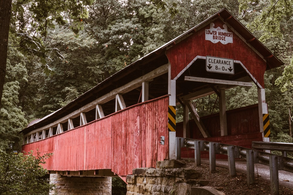 red and white lower bridge shed during daytime