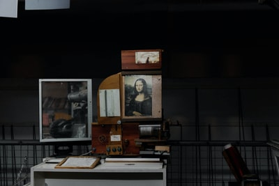 mona lisa photo with brown wooden frame da vinci zoom background