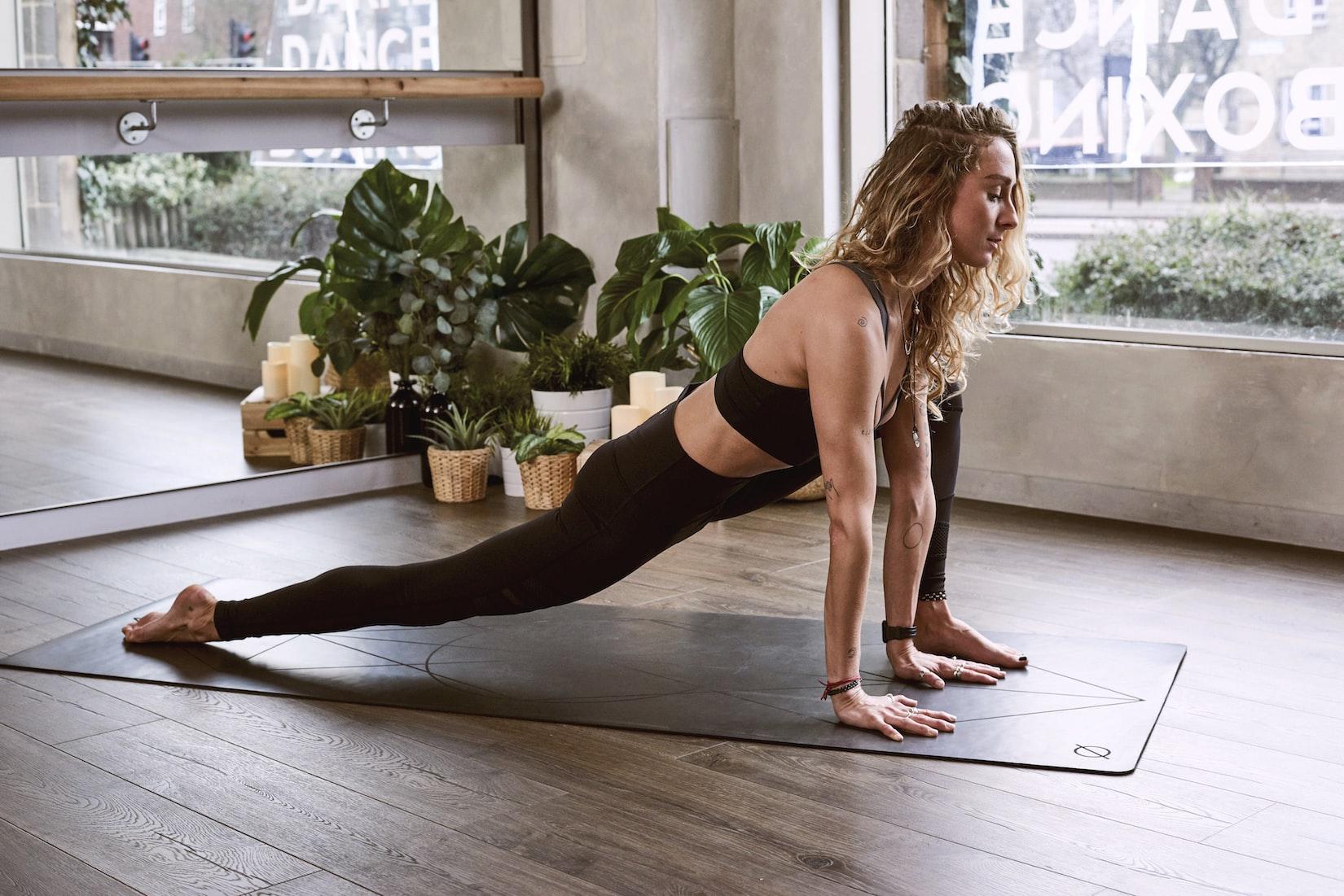 Una chica haciendo una postura de yoga para ilustrar 7 regalos muy originales anti-estres