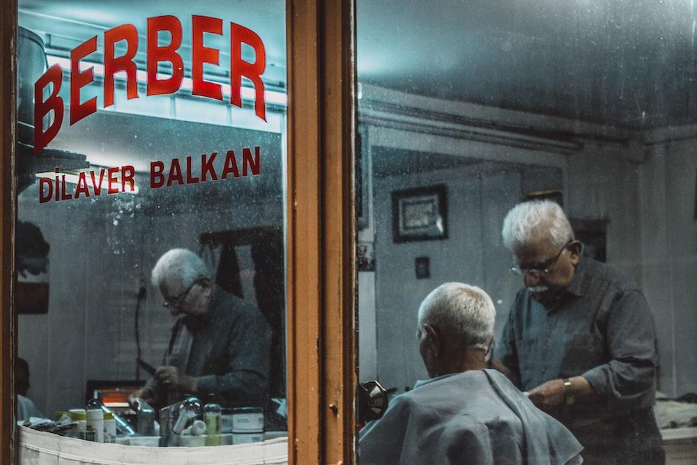 barber prepping his customer at Berber Dilaver Balkan barbershop