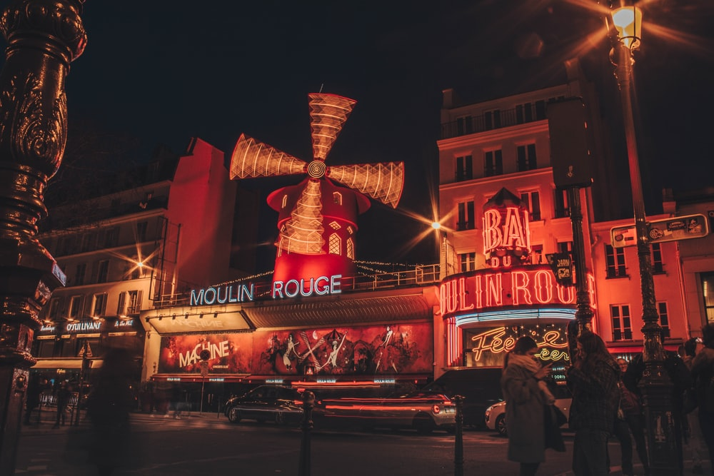 Edificio Moulin Rouge durante la noche