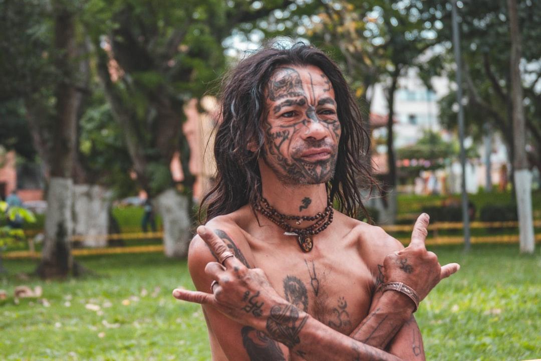Hombre que vende manillas rockeras en el parque San Pío de Bucaramanga, Santander - Colombia.