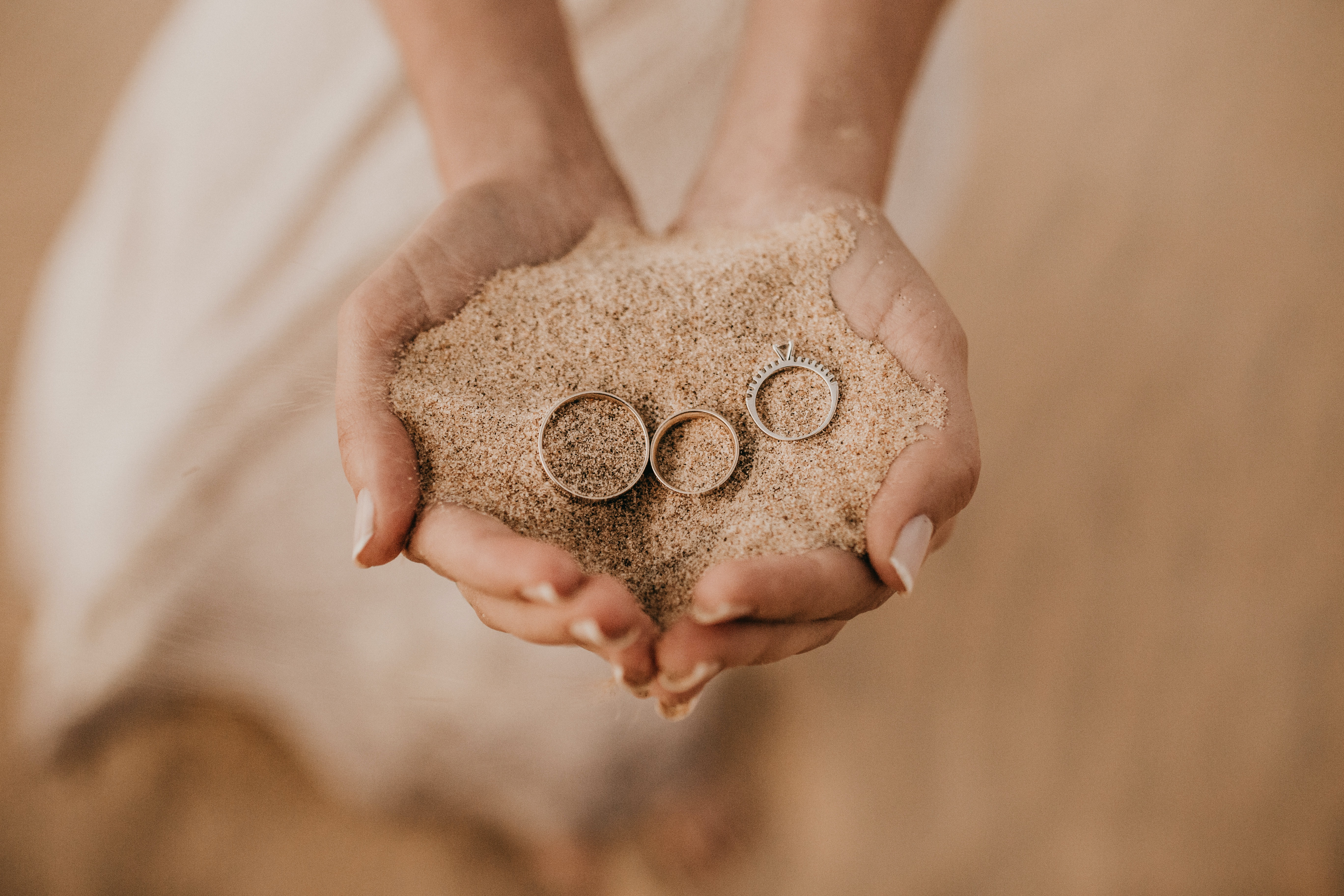 person hold sand with three rings on top