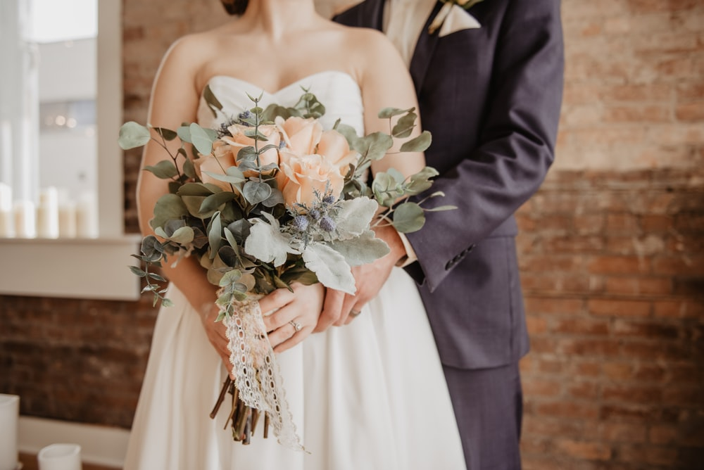 woman holding beige-petaled flower bouquet