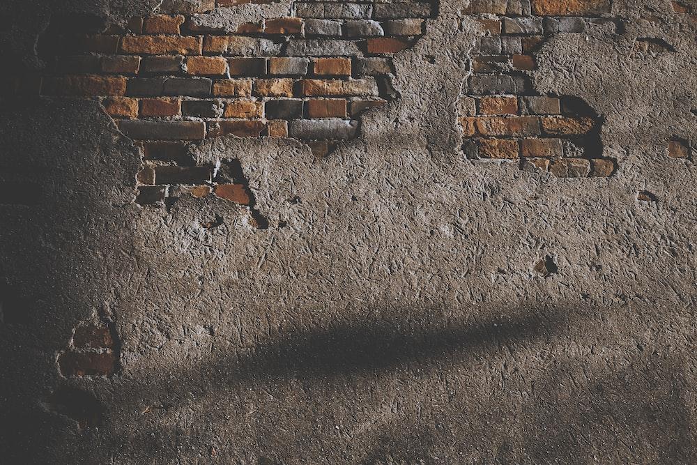 壊れたレンガの壁