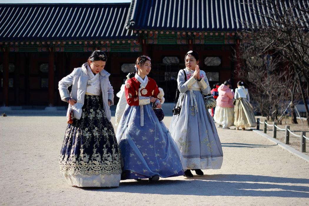 Koreans in hanbok