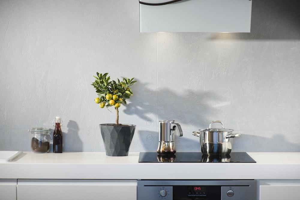 誘導オーブンの上の銀製の鍋