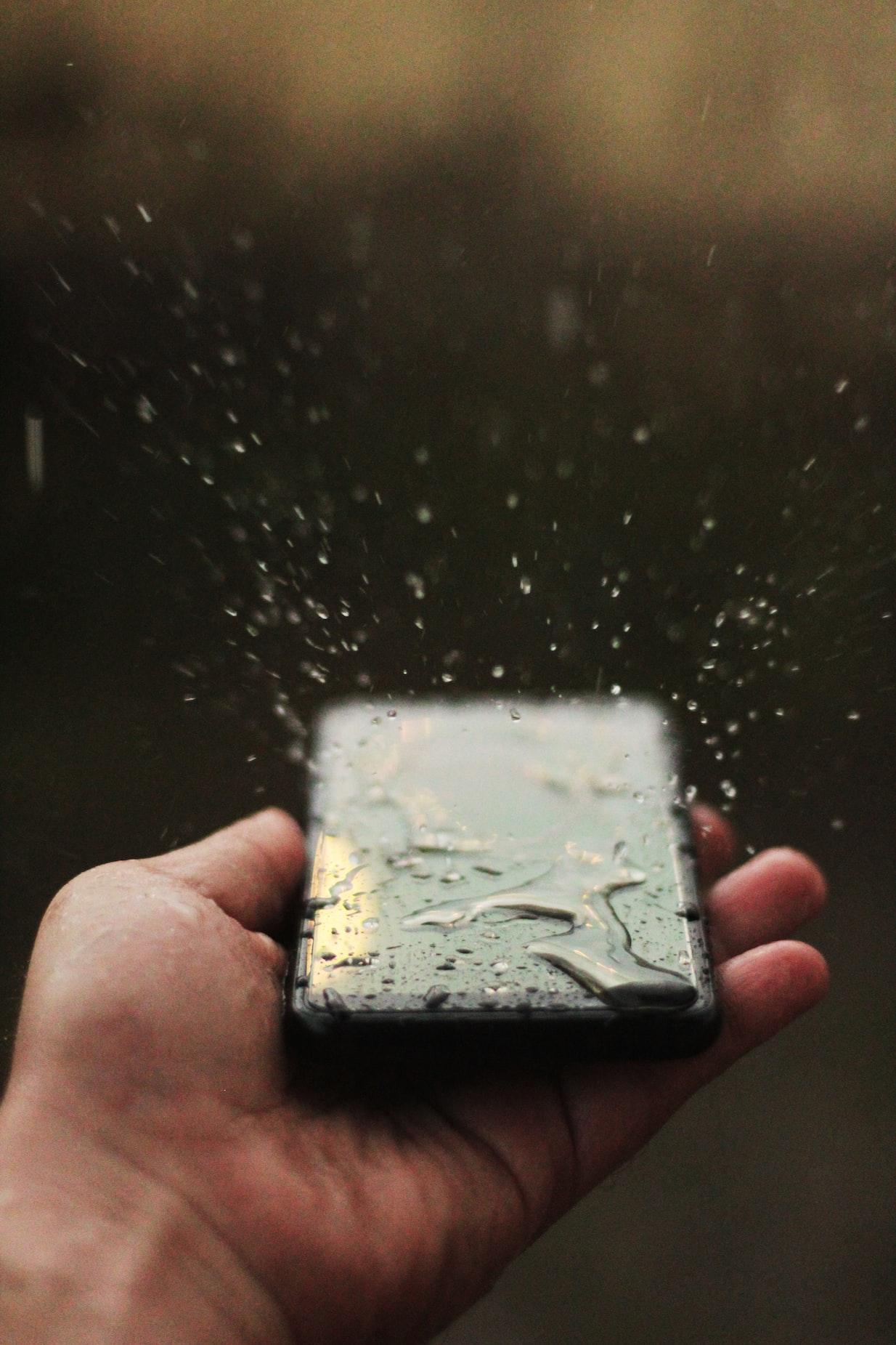 Wodoodporność w iPhonach ukazanana na przykladzie zachlapania telefonu