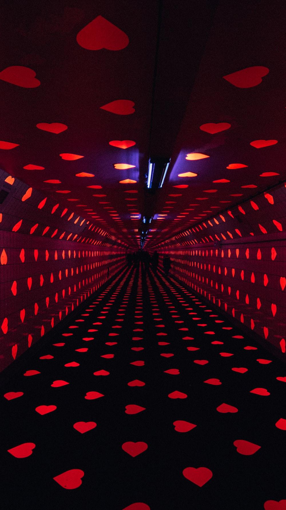 luces rojas del corazón encendidas en la habitación