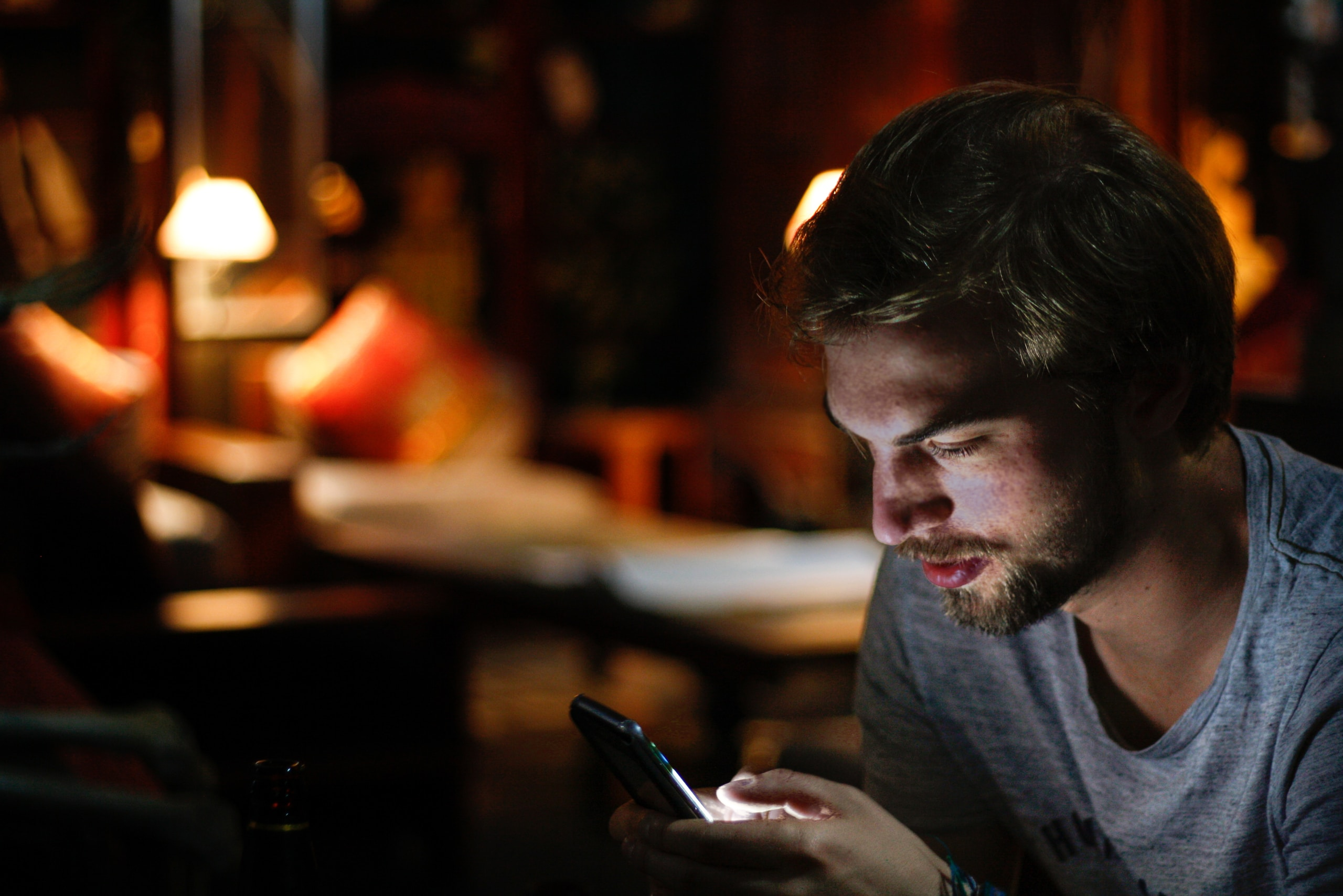 millennial usando un smartphone