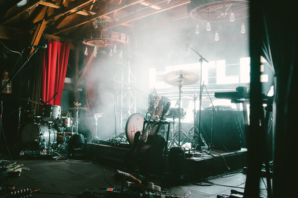 photo of brown and gray drum set