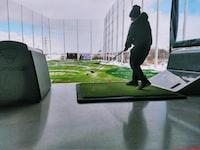 man playing golf during daytmie