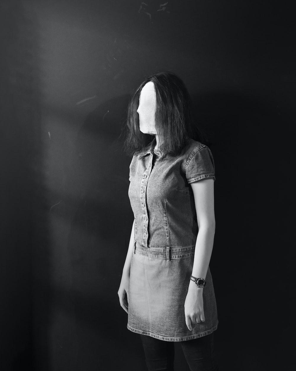 woman in grey short-sleeved dress