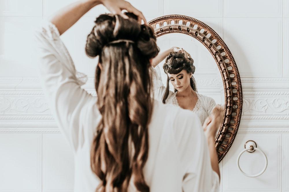 mujer, llevando, vestido blanco, posición, delante de, espejo