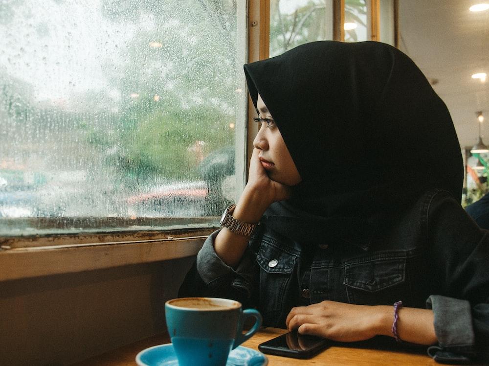 woman wearing black hijab