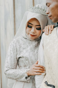 woman wearing gray abaya robe