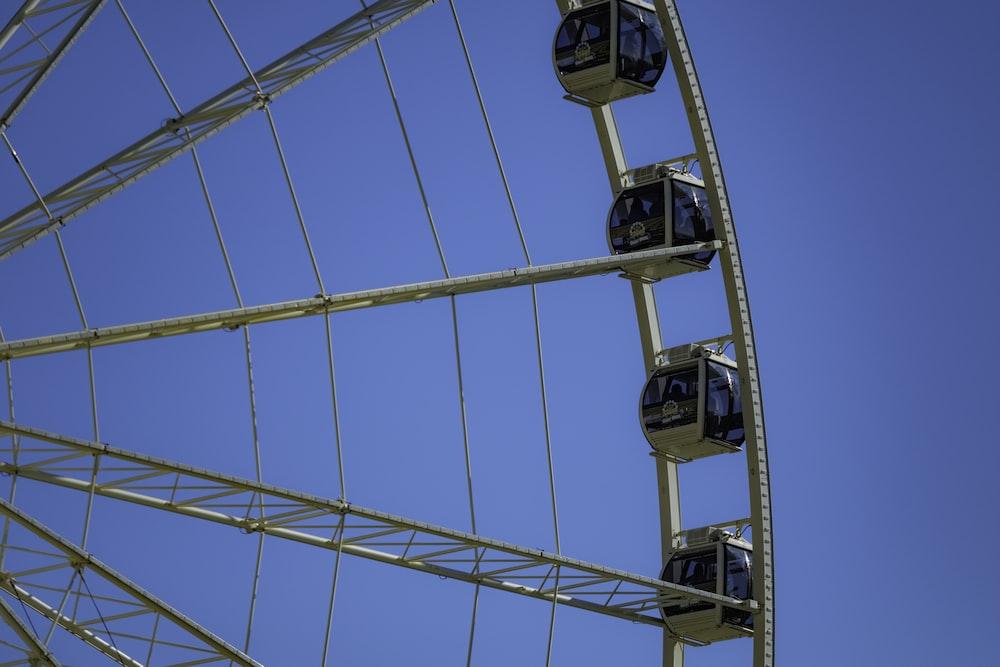 yellow and blue ferris wheel