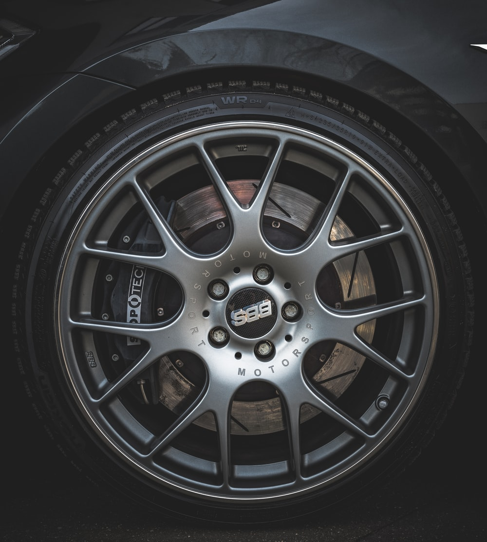 gray 5-lugs vehicle wheel with tire