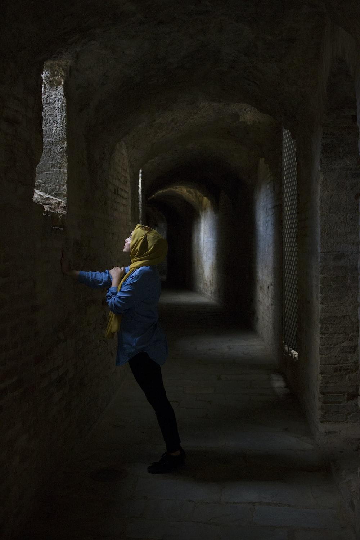 γυναίκα, που κλίνει το χέρι στον τοίχο