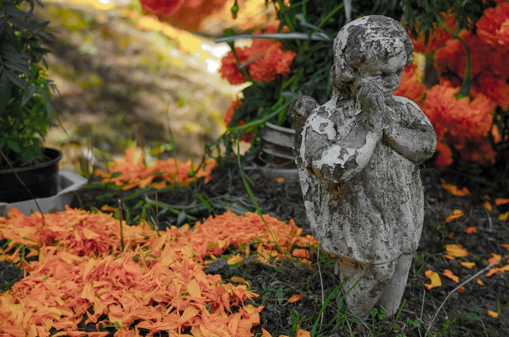 praying boy statue