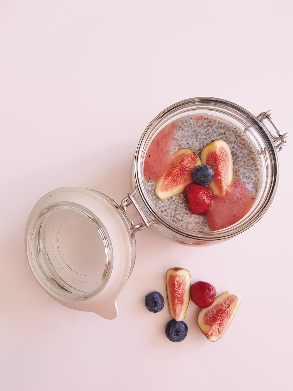 round clear hermetic jar with slices of fruits