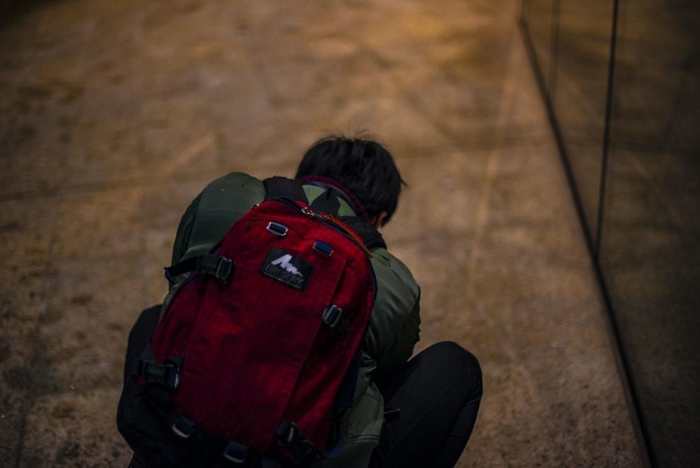 海外旅行時にリュックを背負っている旅人のイメージ