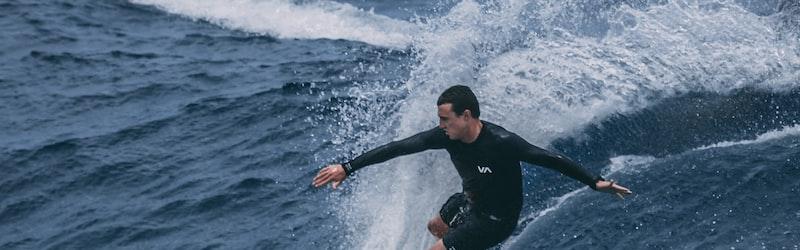 サーフィン連盟や鎌倉市などがサーファーに対し自粛要請。移動がコロナ拡散の可能性。