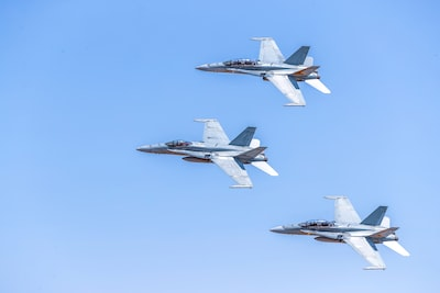 Beschreibung des Fotografen: Royal Australian Air Force F/A-18A/B Hornets in a flight formation