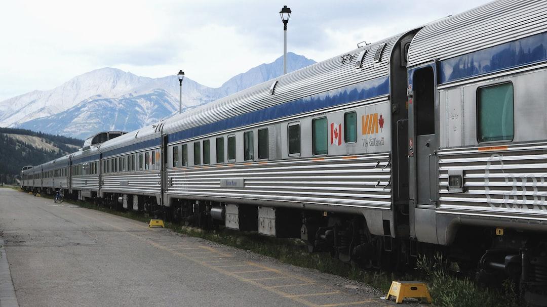 The Canadian in the Jasper's station, waiting for entering the Rocky Mountains. /// Le Canadien en gare de Jasper, avant d'entrer dans les Rocheuses.