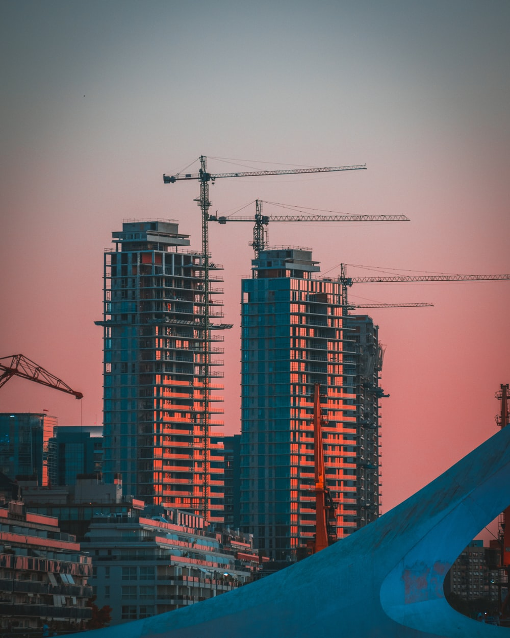 gray building crane photo during sunset