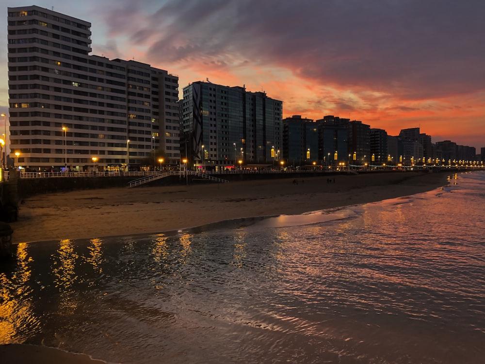 edificios de gran altura cerca de la orilla del mar.
