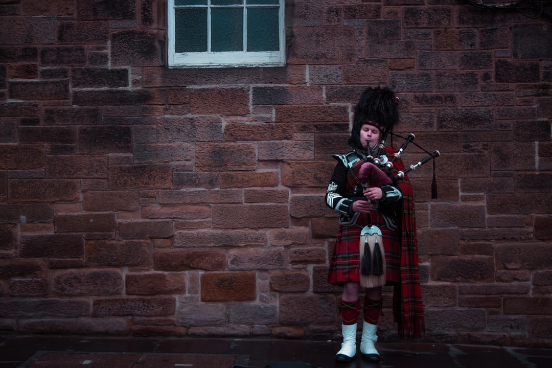 On our way to Castle we saw this Scottish piper playing on the bagpipes. With his eyes closed he played from his soul. His communication through music was a way to tell us that Edingburgh is a beautiful city.