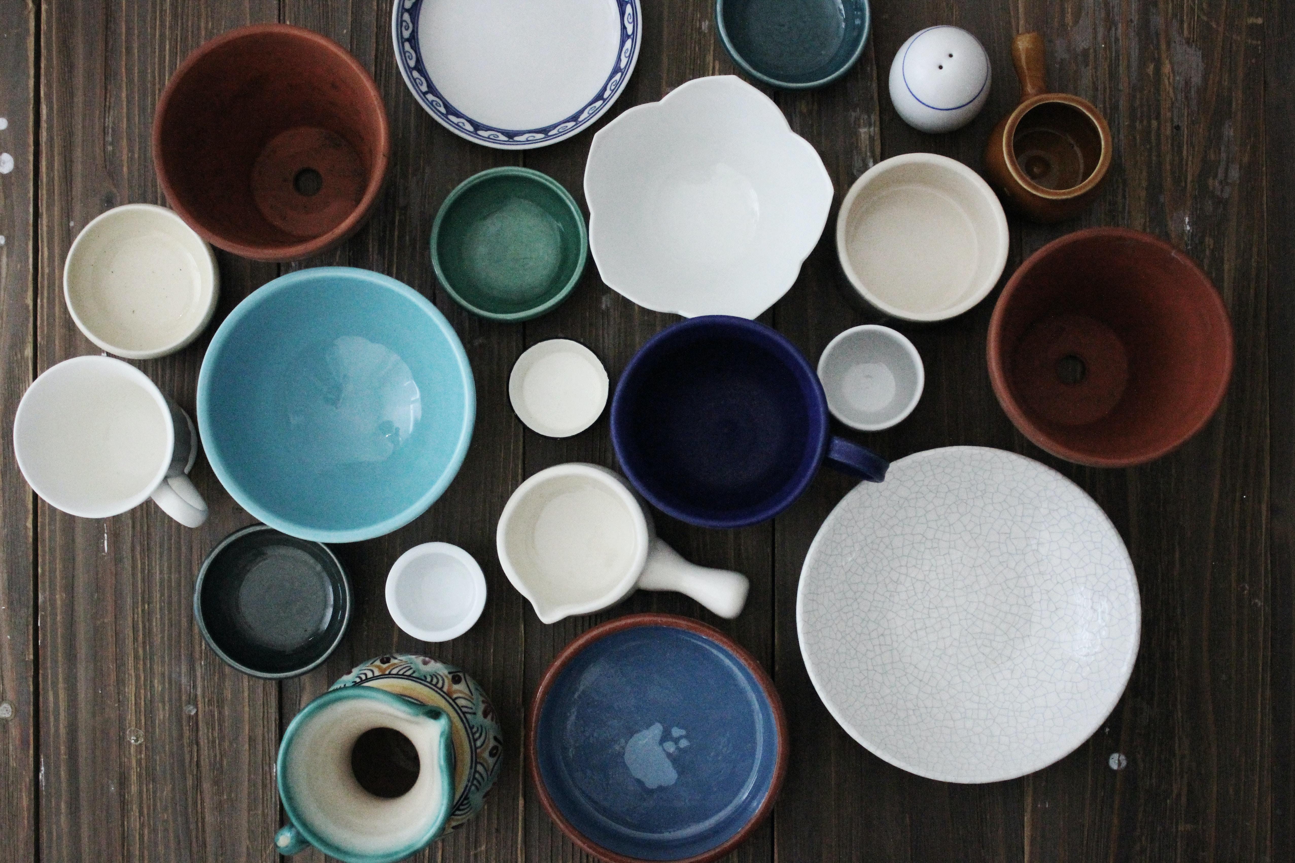 flatlay photo of ceramic mugs and bowls