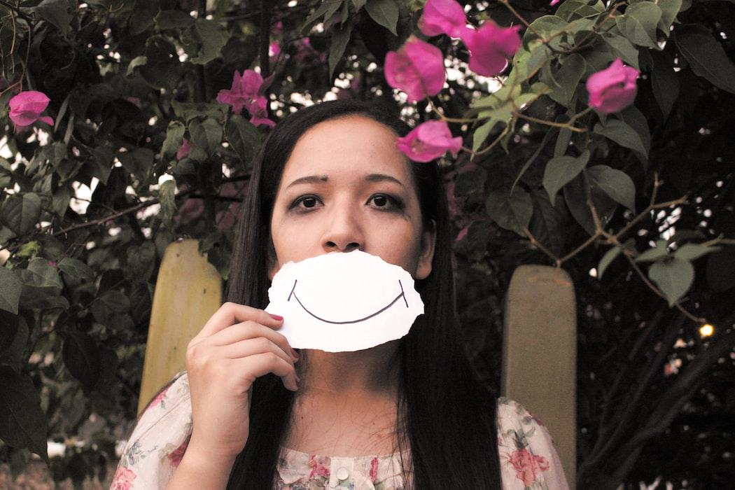 ragazza con finto sorriso disegnato