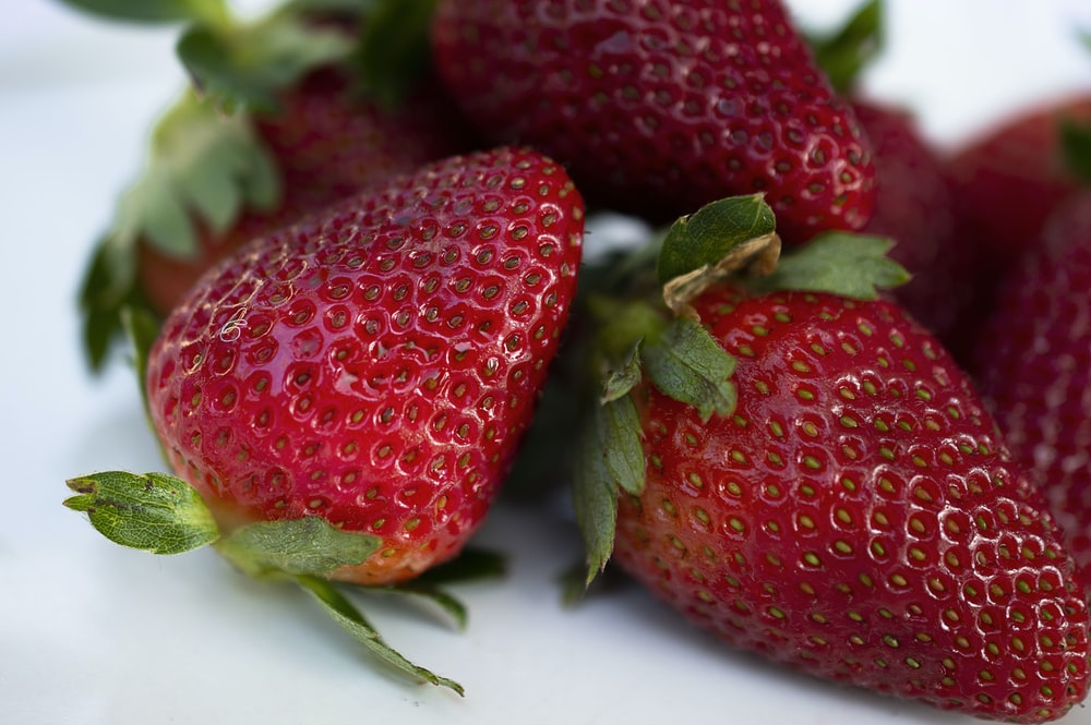 closeup photography of red strawberries