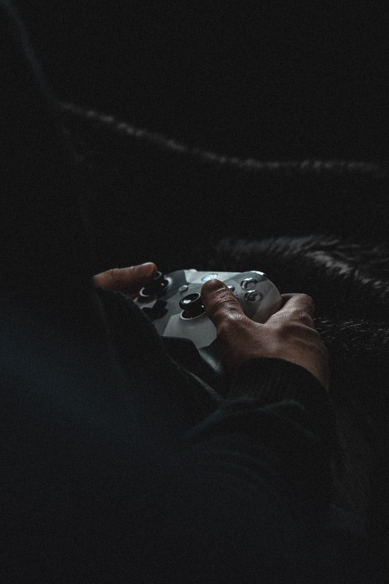 gracz grający na Xbox Series X z kontrolerem Elite