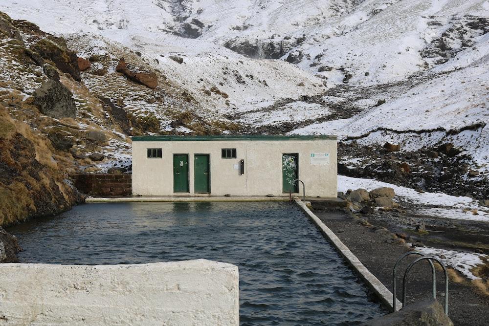 black concrete swimming pool during daytime