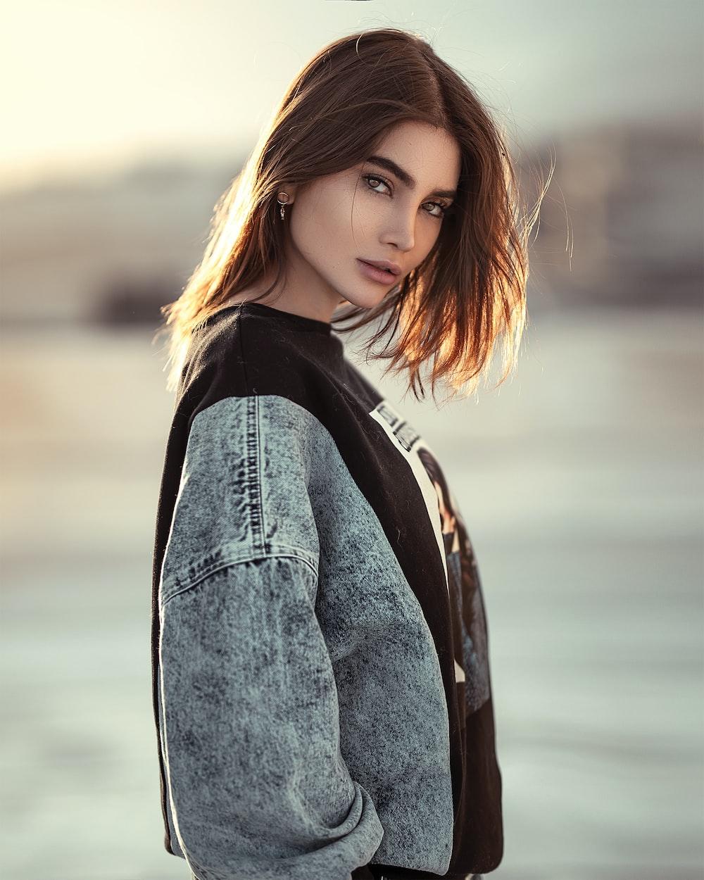 woman wearing gray jacket
