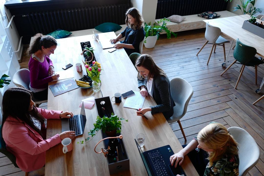 Grandes mesas compartilhadas são uma marca da maioria dos espaços de coworking.