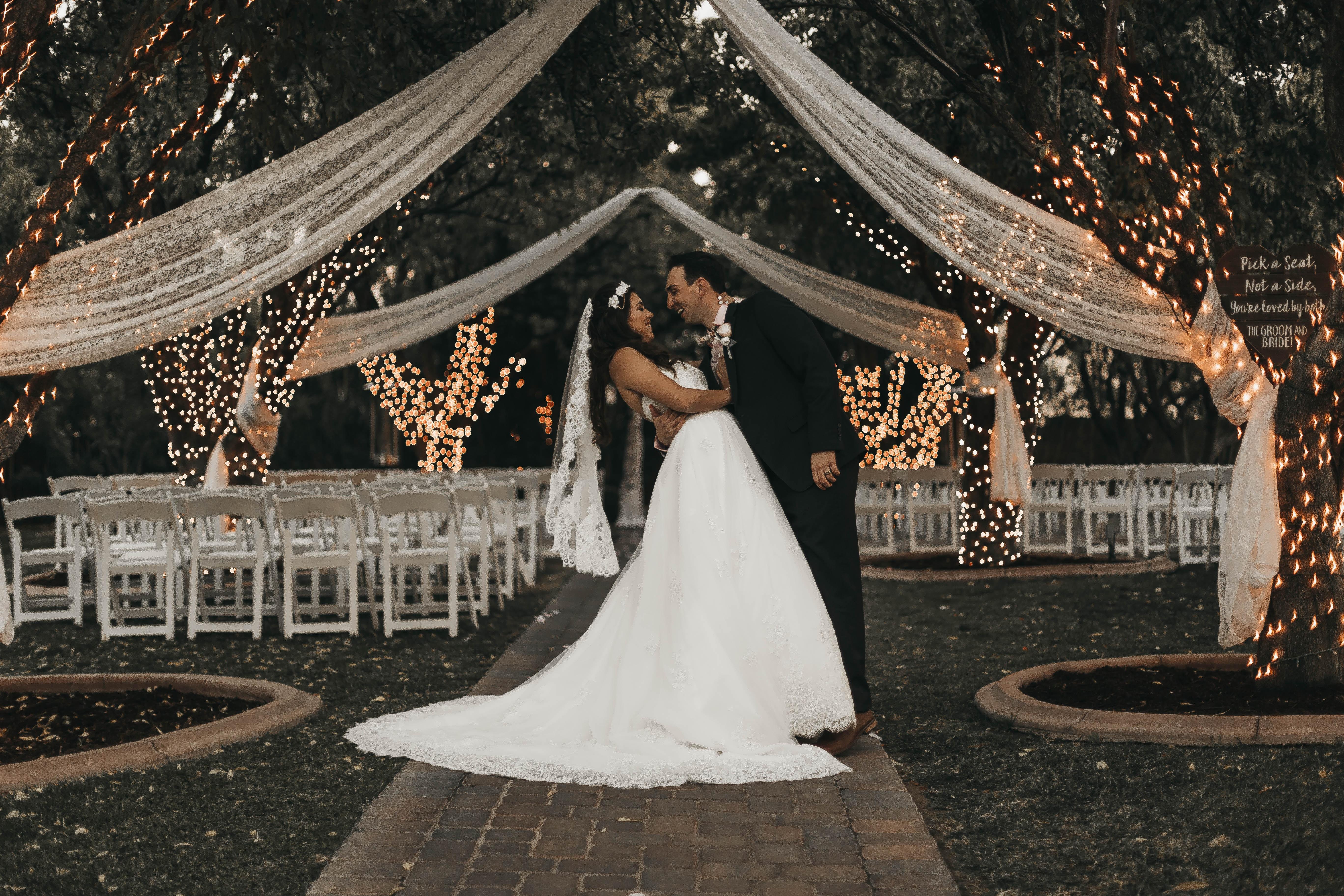 Inspirerende ceremonie setting met gelukkig bruidspaar