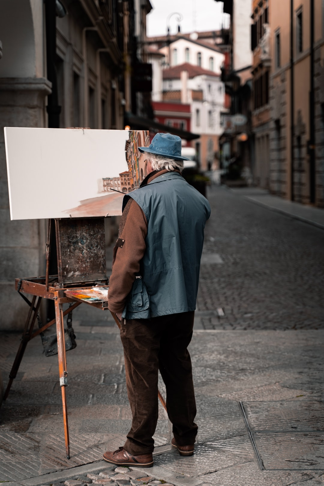 A painter working in the middle of Udine's main square