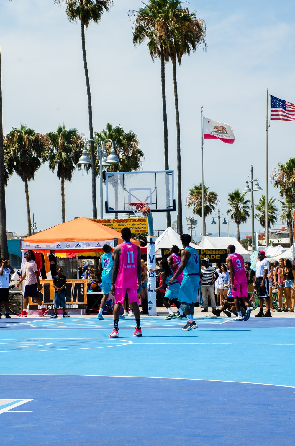 basketball players playing during daytime
