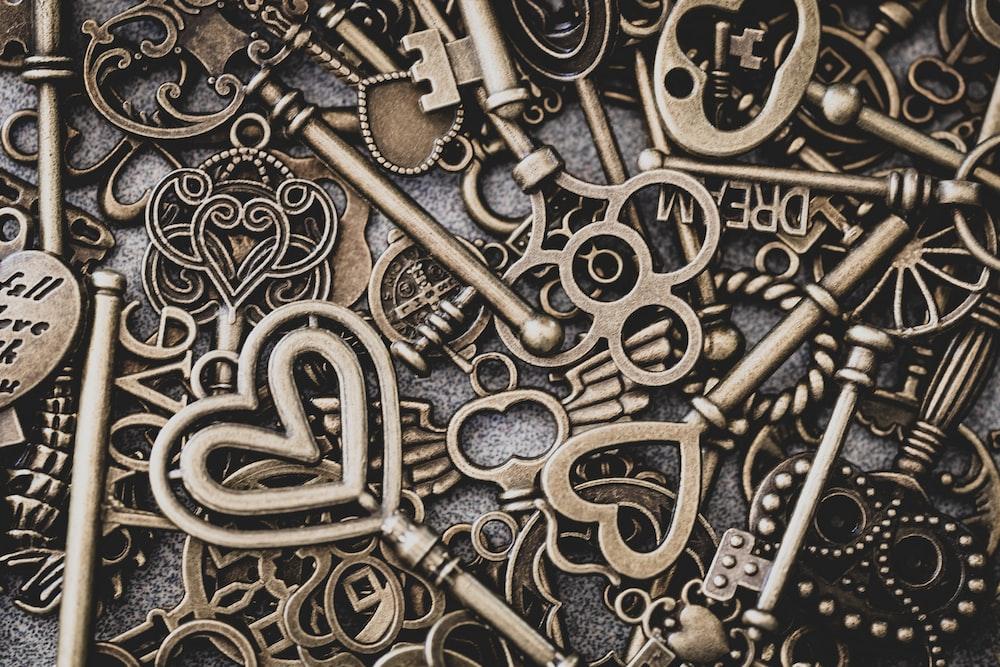 brass-colored skeleton key lot