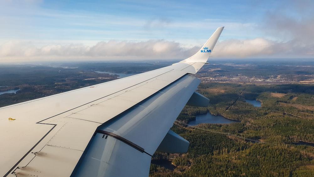 white plane wing during daytime