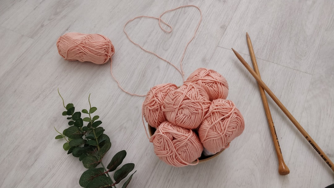 Pelotes de laine qui forment un coeur - Balls of yarn which form a heart