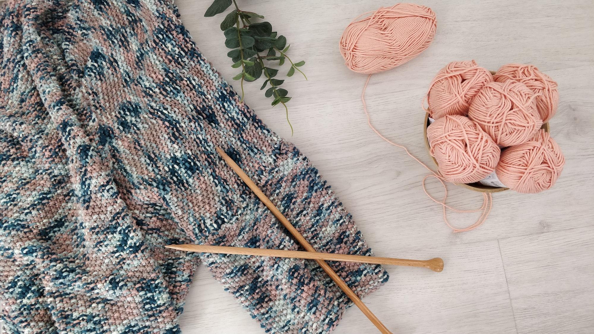Gilet tricoté avec aiguilles en bois et pelotes de laine - Knitted cardigan with wooden needles and balls of yarn