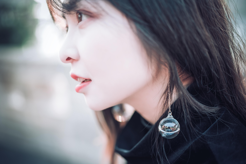 woman wearing black turtle neck shirt