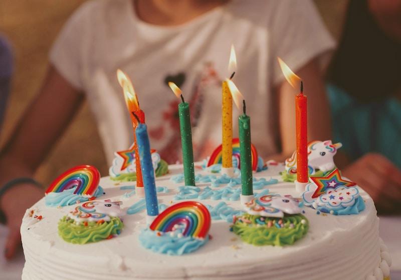 Geburtstags-Torte mit Regenbogen