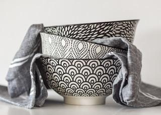 stack of 3 black white bowls