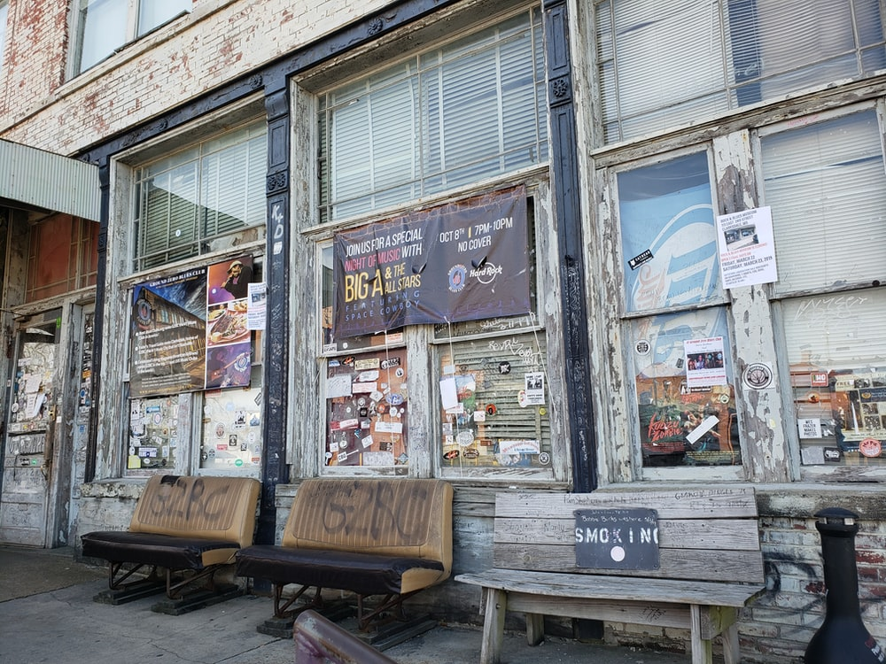 Ground zero blues club, kiosk, wood and bench | HD photo by John